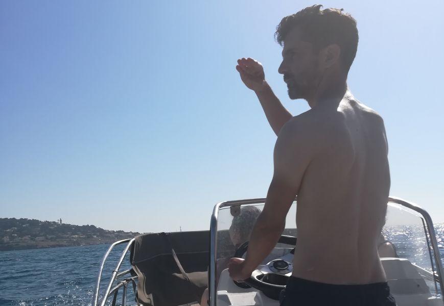 Capitaine Philippe se balade en bateau à Sète